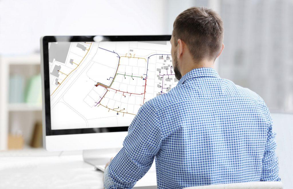 Mitarbeiter schaut sich den Ingenieur-betriebsplan an